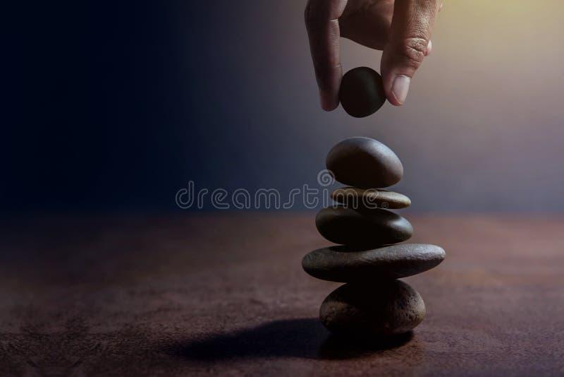 Équilibrez le concept entre de la vie et travaillez à la main l'établissement actuel photo libre de droits