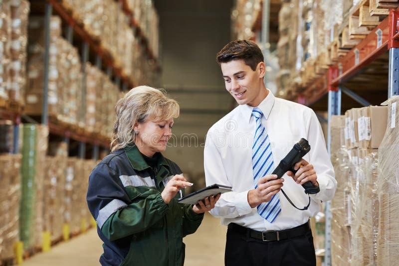 Équipage d'entrepôt au travail image stock