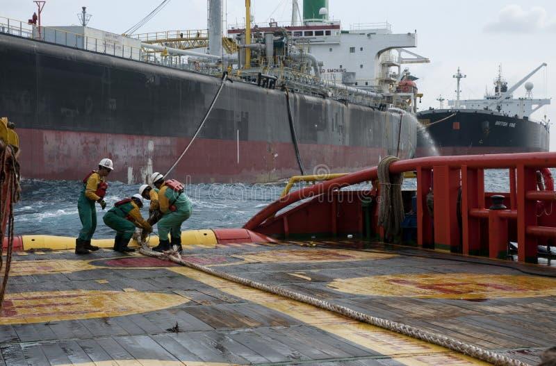Équipage en mer de navire travaillant à la plate-forme images libres de droits