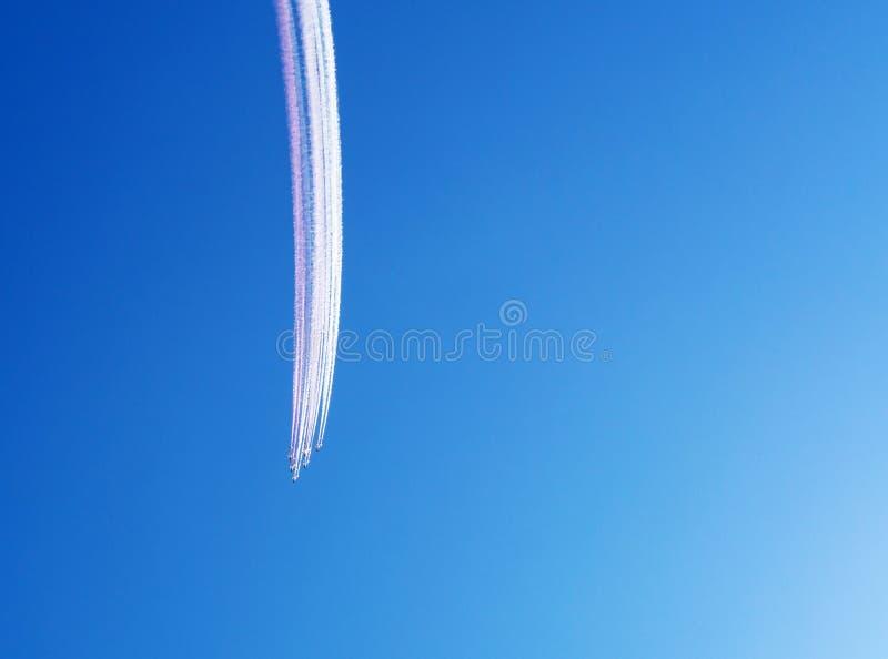 Équipe aérienne de cascade dans la formation, traînées de fumée photographie stock libre de droits