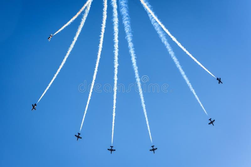 Équipe acrobatique aérienne d'affichage des Emirats Arabes Unis photos libres de droits