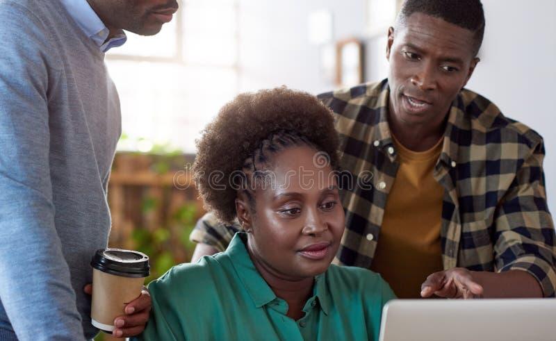 Équipe africaine d'affaires au travail dans un bureau moderne photographie stock