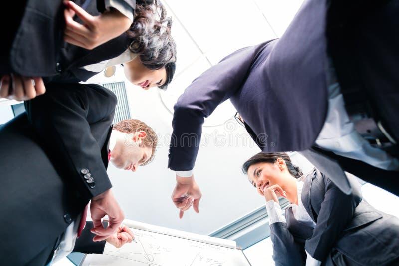 Équipe asiatique d'affaires dans la présentation photos libres de droits
