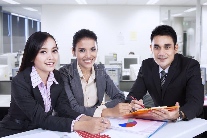 Équipe asiatique d'affaires lors d'une réunion photos libres de droits