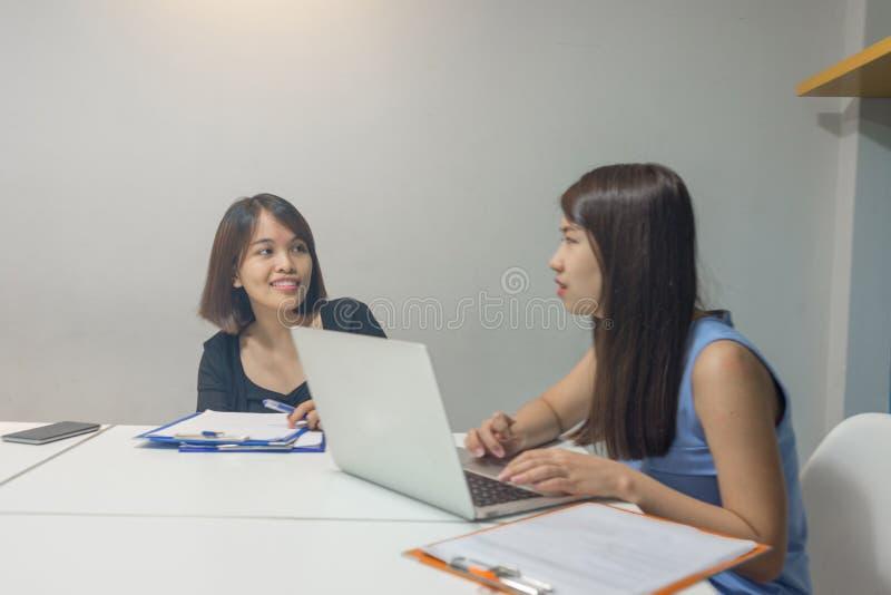 Équipe asiatique d'affaires travaillant ensemble dans le bureau photo stock