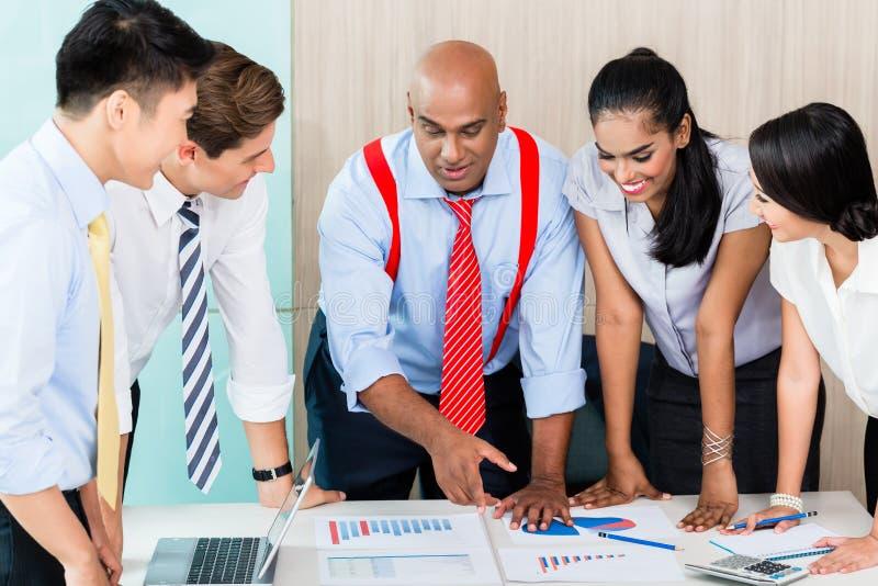 Équipe asiatique de démarrage d'entreprise lors de la réunion photographie stock