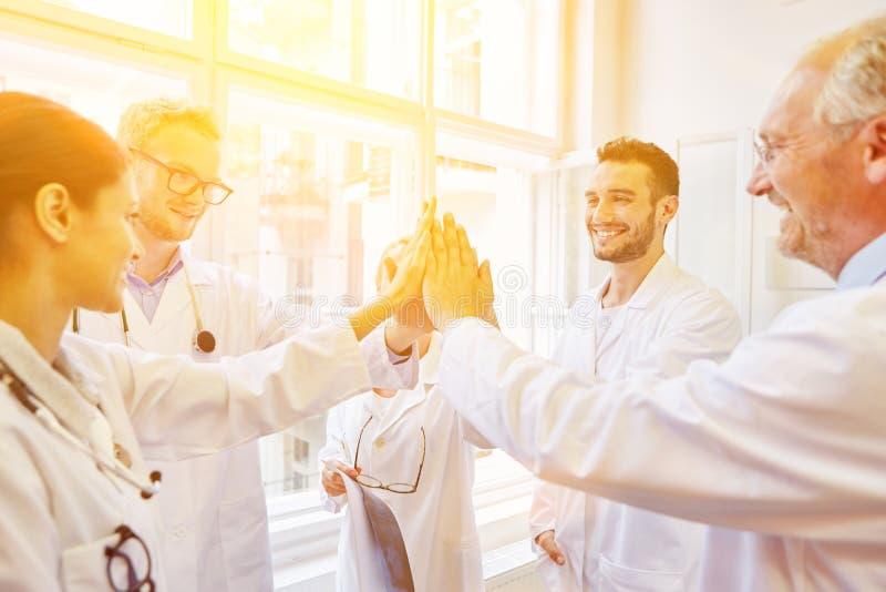 Équipe au cours de la réunion médicale photos stock