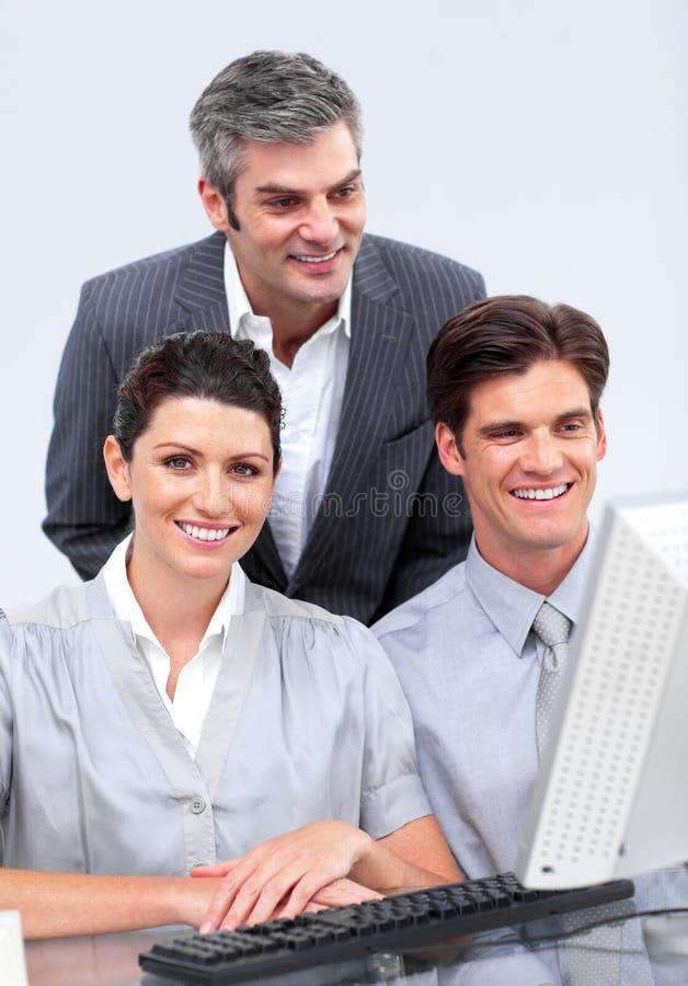 Équipe charismatique d'affaires travaillant à un ordinateur photos libres de droits