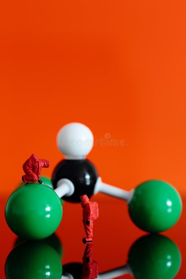 Équipe chimique avec un modèle moléculaire de chloroforme images libres de droits