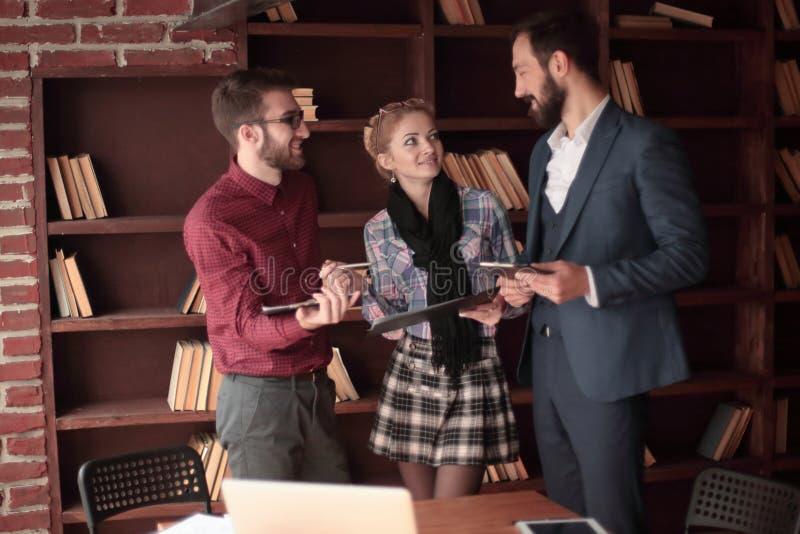 Équipe créative d'affaires discutant des documents d'entreprise dans le studio photos libres de droits