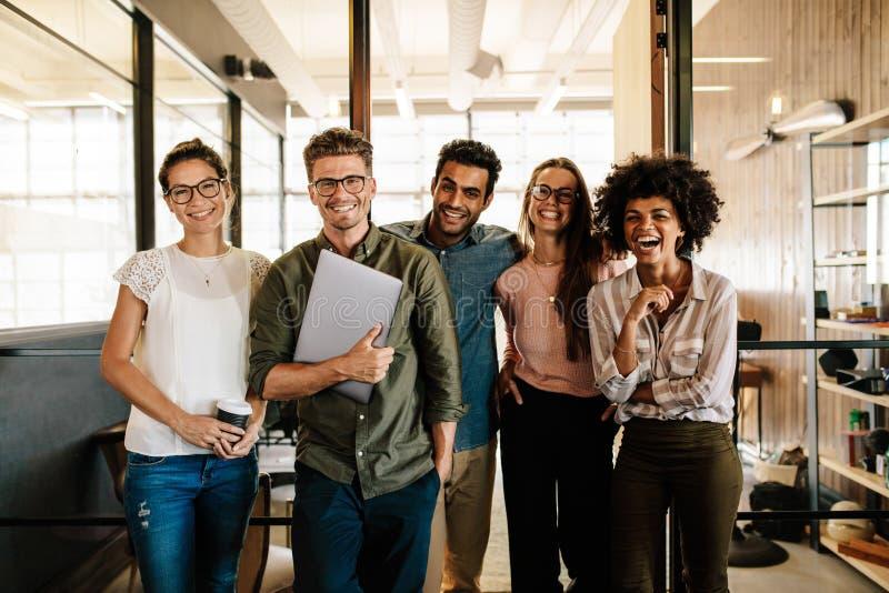 Équipe créative d'affaires riant ensemble images libres de droits
