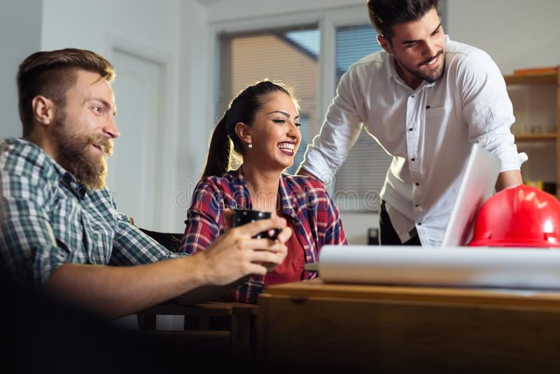 Équipe créative d'affaires travaillant dur ensemble dans le bureau occasionnel image stock