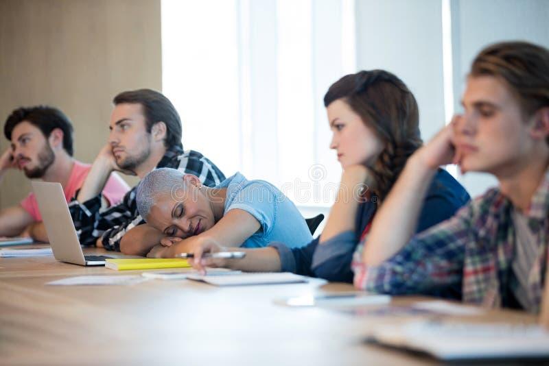 Équipe créative ennuyée d'affaires assistant à une réunion photos libres de droits