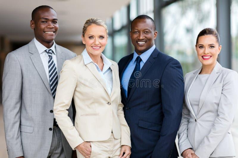 équipe d'affaires à l'intérieur de bureau photos stock