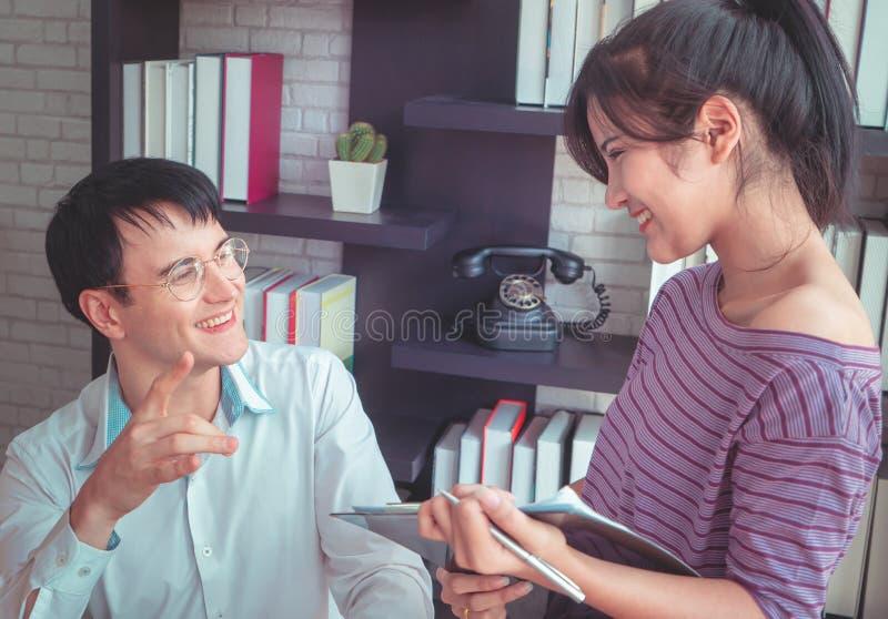 Équipe d'affaires à la maison vérifiant des actions dans des affaires à la maison en ligne image libre de droits