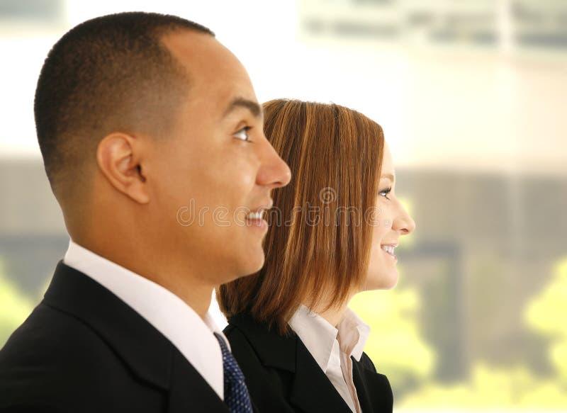 Équipe d'affaires écoutant la présentation images stock