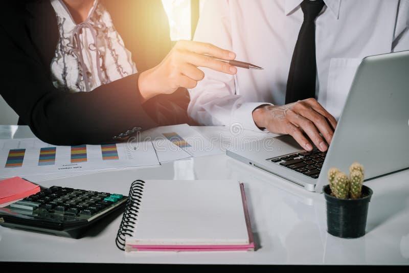 Équipe d'affaires analysant des diagrammes et des graphiques de revenu avec le recouvrement moderne images libres de droits