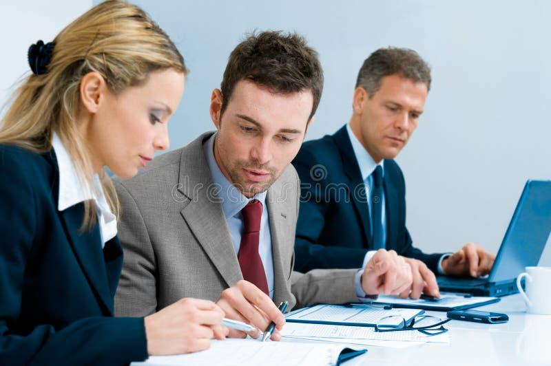 Équipe d'affaires analysant des documents image libre de droits