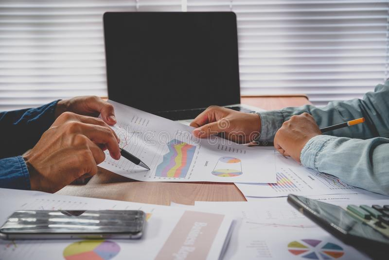 Équipe d'affaires analysant le revenu photo libre de droits