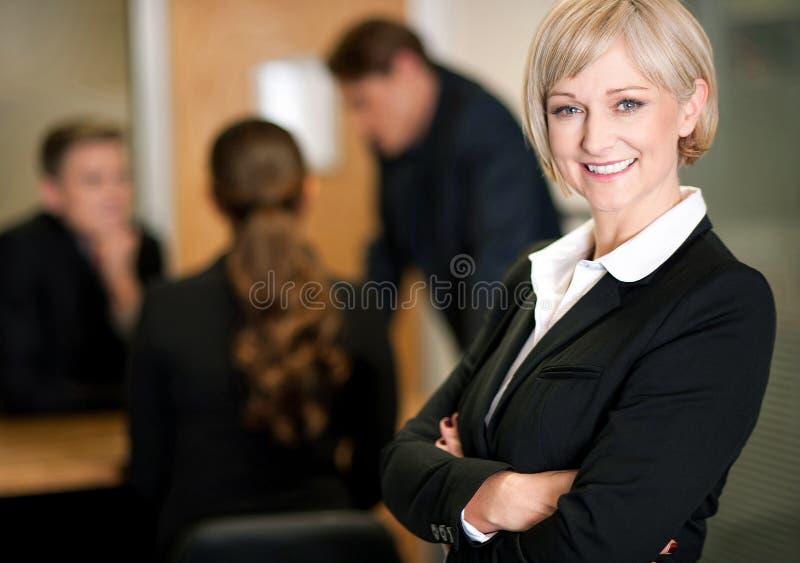 Équipe d'affaires au travail, directeur dans le premier plan photos stock
