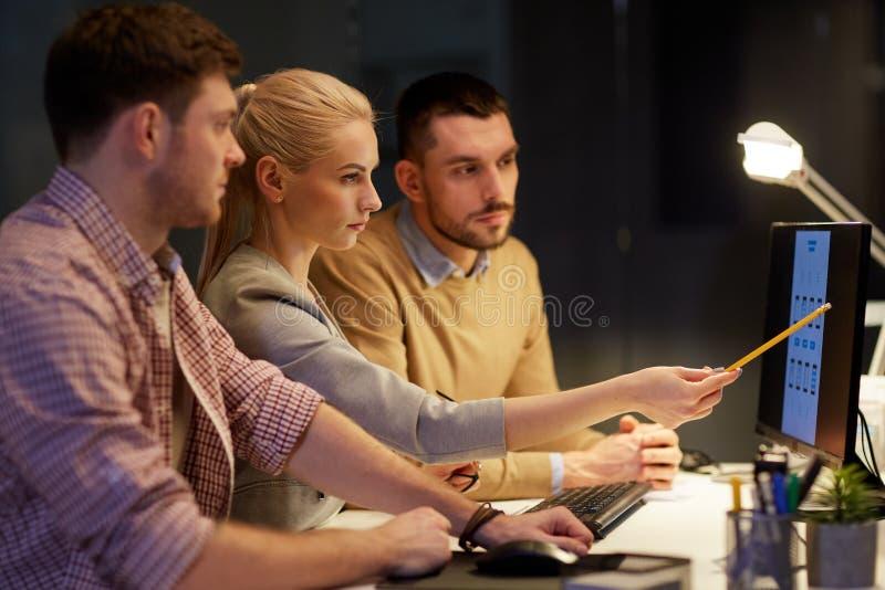 Équipe d'affaires avec l'ordinateur fonctionnant tard au bureau photographie stock libre de droits