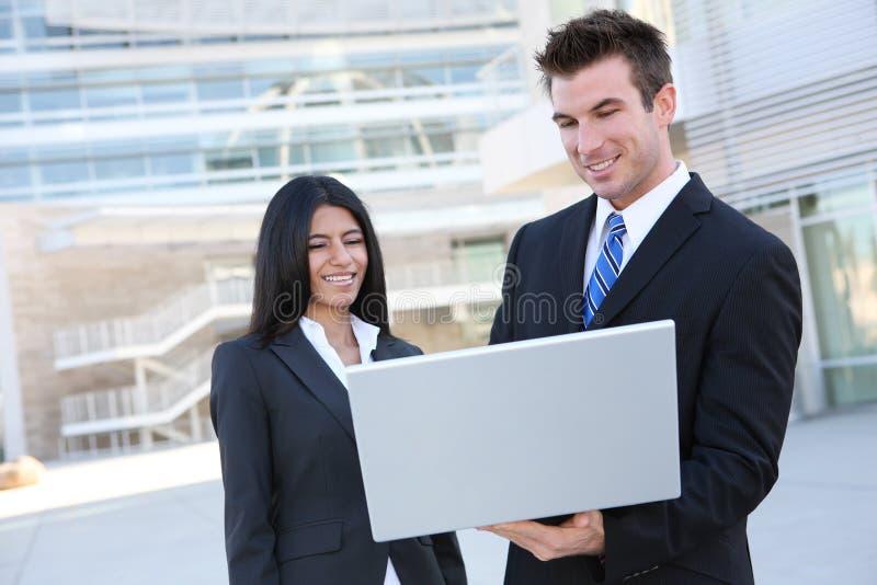 Équipe d'affaires avec l'ordinateur portatif image libre de droits