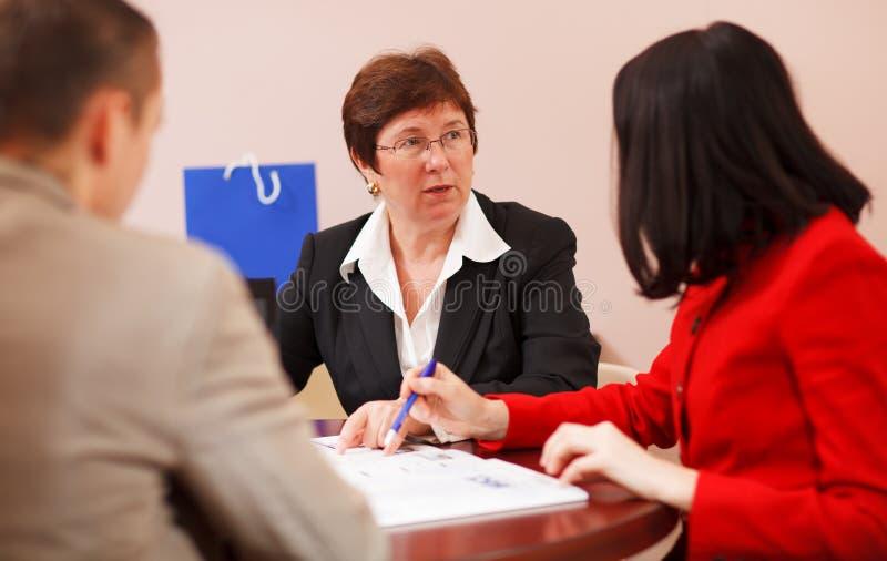 Équipe d'affaires ayant une session de séance de réflexion photographie stock