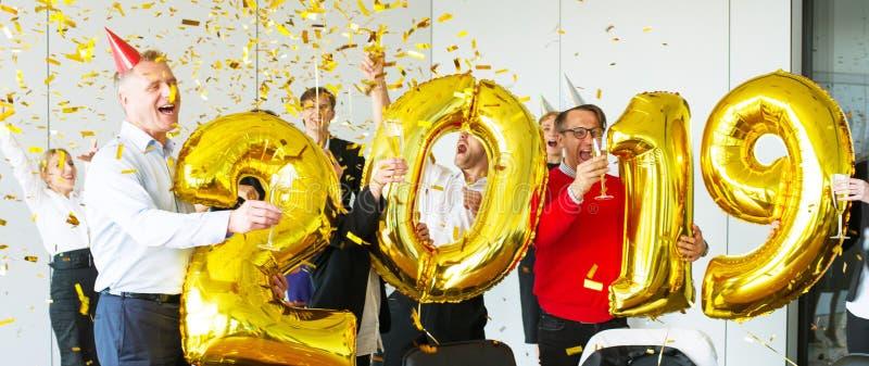 Équipe d'affaires célébrant la nouvelle année photo stock