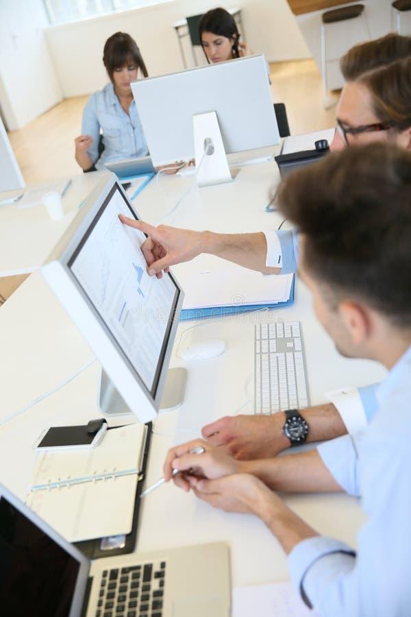 Équipe d'affaires créant le nouveau projet images libres de droits