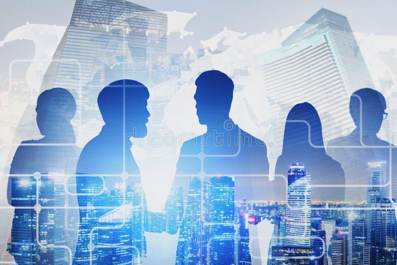 Équipe d'affaires dans la ville, réseau numérique global photos stock