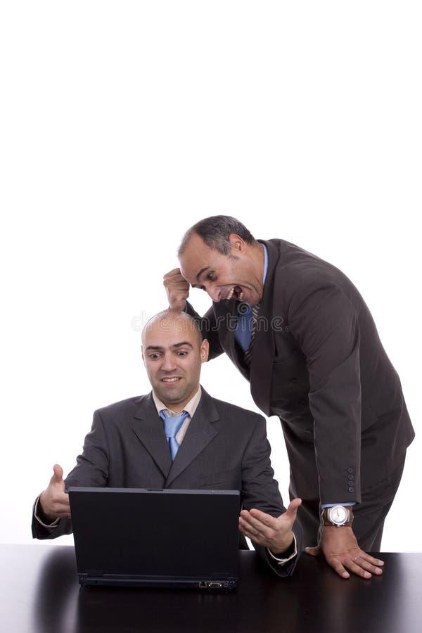 Équipe d'affaires discutant autour de l'ordinateur portatif photographie stock