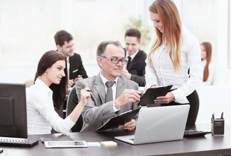 Équipe d'affaires discutant avec la tête des données financières photos libres de droits