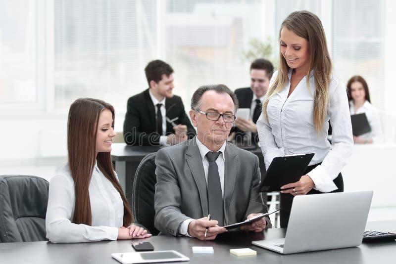 Équipe d'affaires discutant avec la tête des données financières image stock