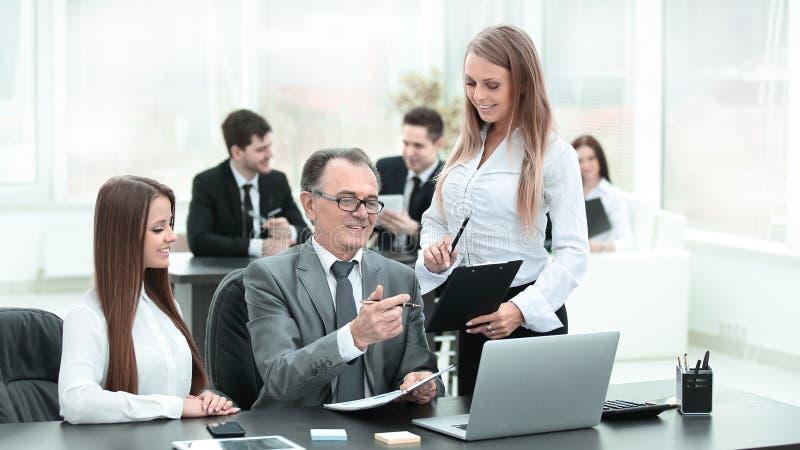 Équipe d'affaires discutant avec la tête des données financières photographie stock