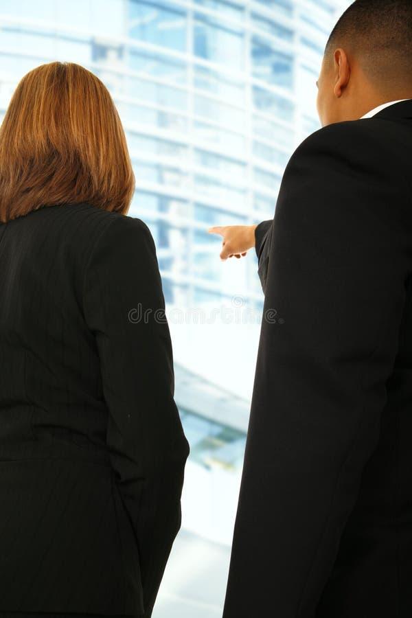 Équipe d'affaires discutant dans l'environnement de construction photos stock