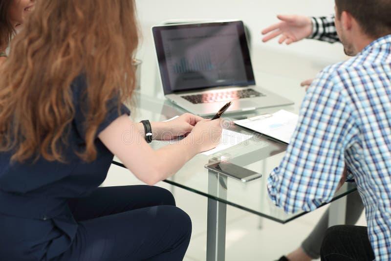 Équipe d'affaires discutant des données financières dans le lieu de travail photo libre de droits