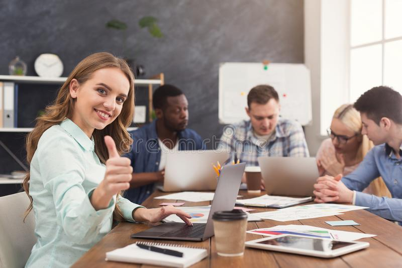 Équipe d'affaires discutant des résultats de leur travail image stock