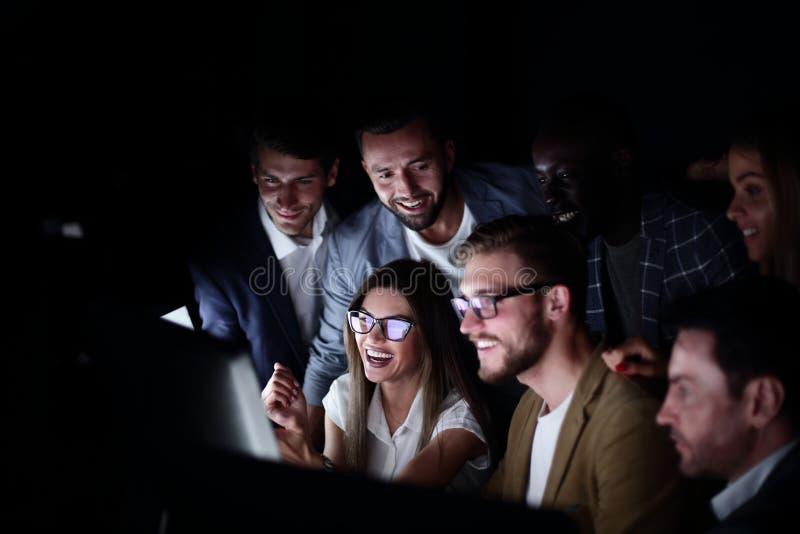 Équipe d'affaires discutant les actualités courantes photo libre de droits