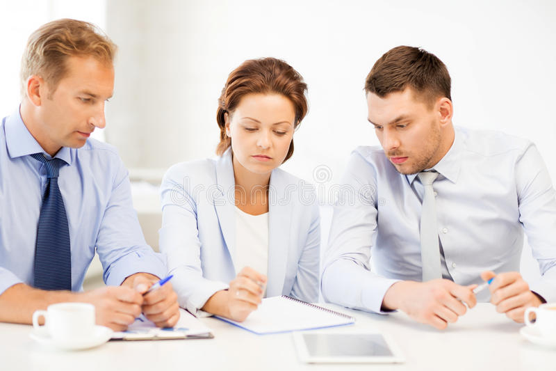 Équipe d'affaires discutant quelque chose dans le bureau photos libres de droits
