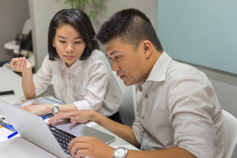 Équipe d'affaires discuter au sujet de la question pour découvrir la solution photos stock