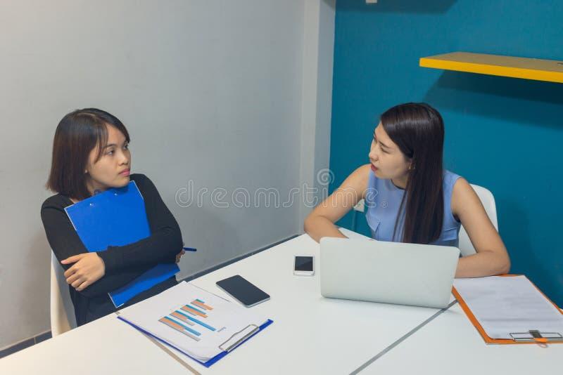 Équipe d'affaires discuter au sujet des rapports financiers sur le lieu de travail photo libre de droits