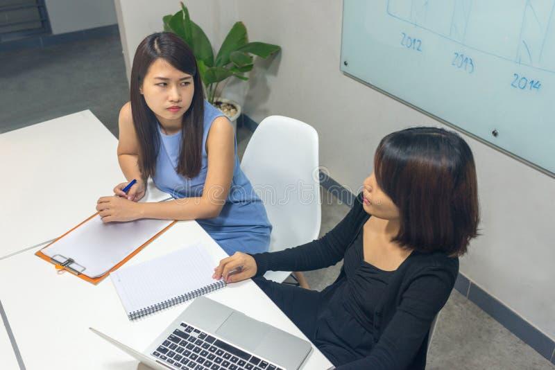 Équipe d'affaires discuter au sujet du nouveau projet dans le bureau photo libre de droits