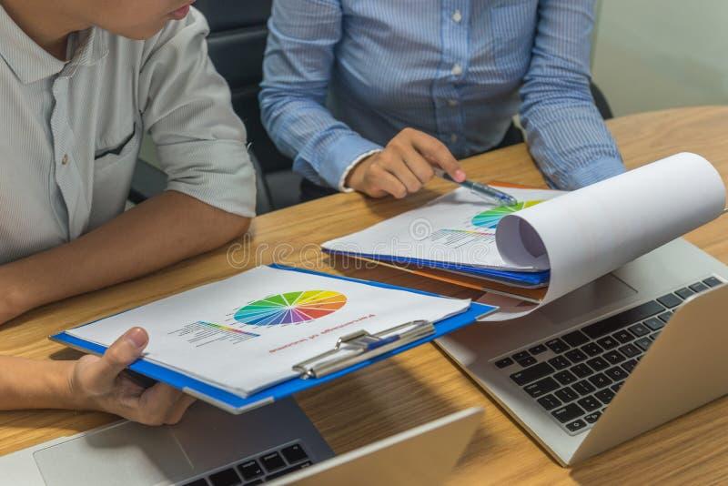 Équipe d'affaires discuter entre eux au sujet des rapports financiers photo stock