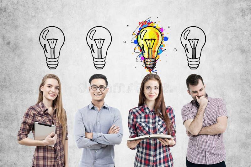 Équipe d'affaires et quatre bulbls légers photographie stock