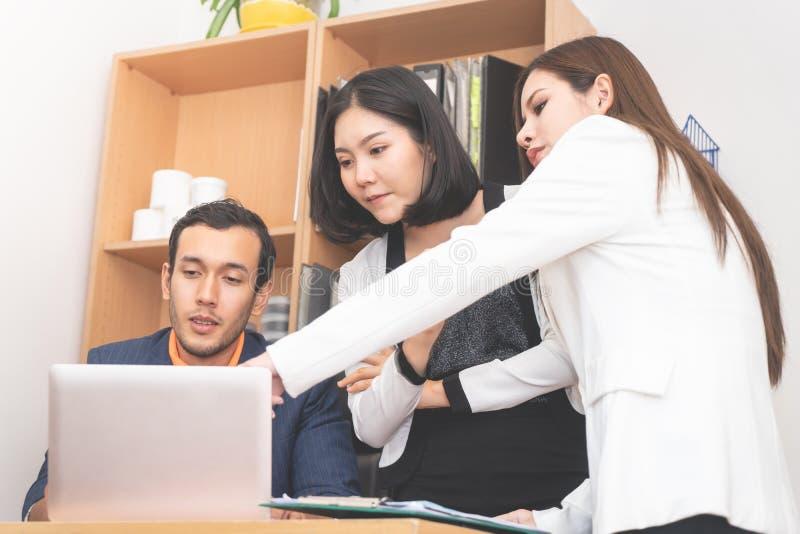 Équipe d'affaires faisant un brainstorm dans l'espace de fonctionnement photo libre de droits