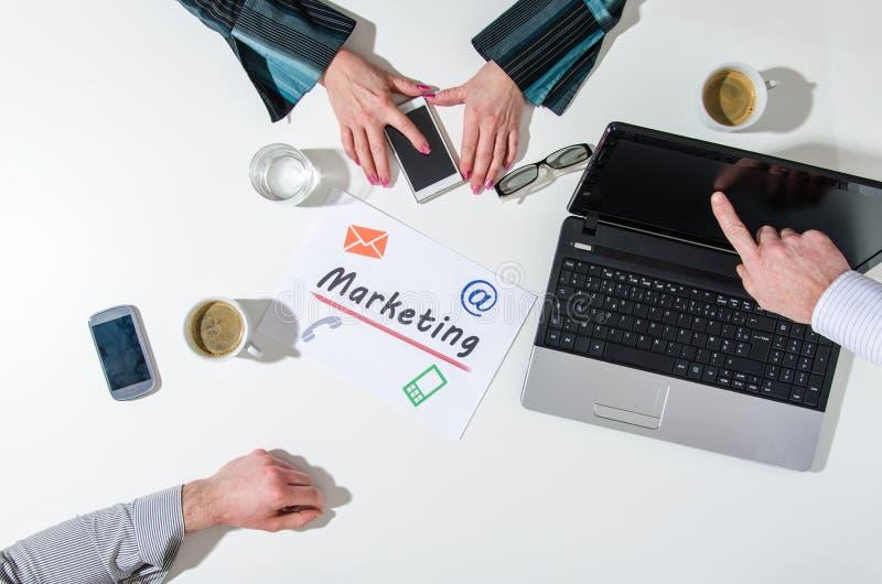 Équipe d'affaires lors d'une réunion parlant du marketing photo libre de droits