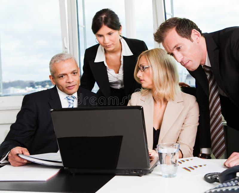 Équipe d'affaires lors du contact images stock