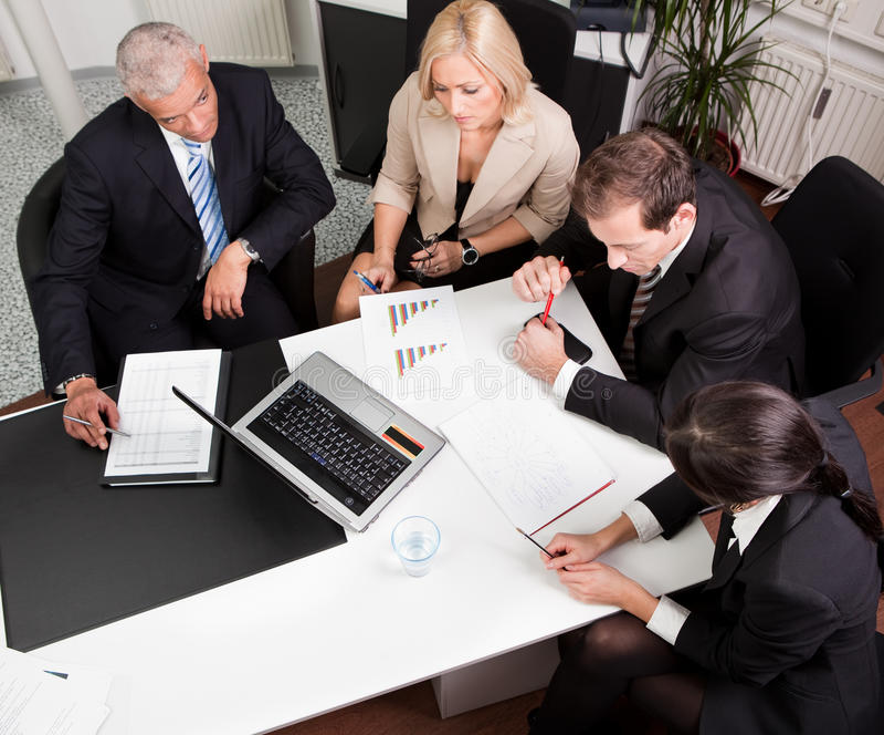Équipe d'affaires lors du contact image stock