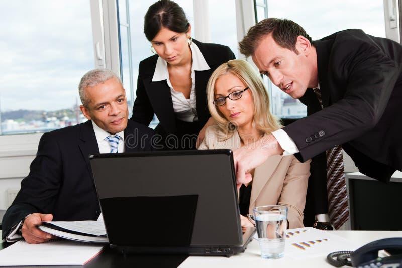Équipe d'affaires lors du contact photos libres de droits