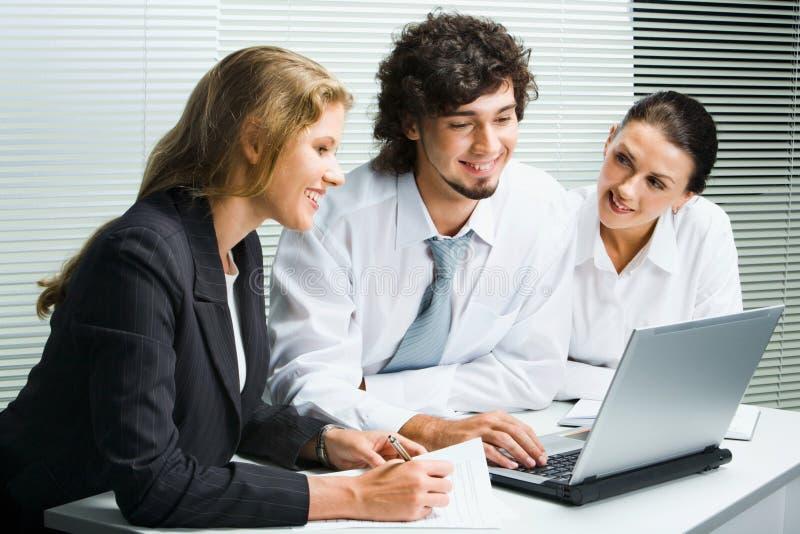 Équipe d'affaires lors du contact photographie stock libre de droits